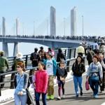 小名浜マリンブリッジ 6000人完成祝う
