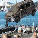<東日本大震災>海中から被災車両引き揚げ 気仙沼の…