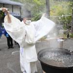 龍泉洞 熱湯まきコロナ払い14年ぶりの神事